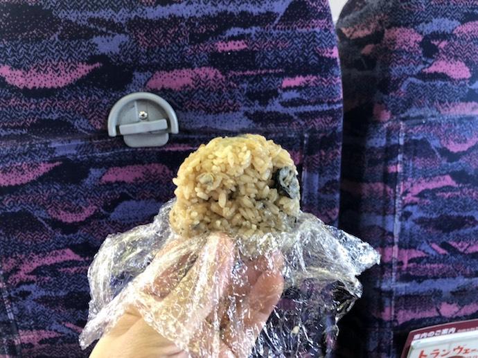 牡蠣飯のおにぎりと新幹線の座席シート