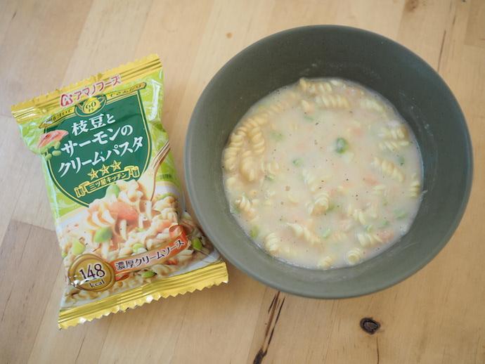 フリーズドライ「枝豆とサーモンのクリームパスタ」にお湯をかけよく混ぜたところ