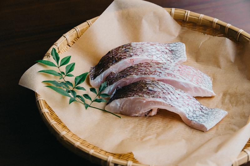 ざるにのった鯛の切り身