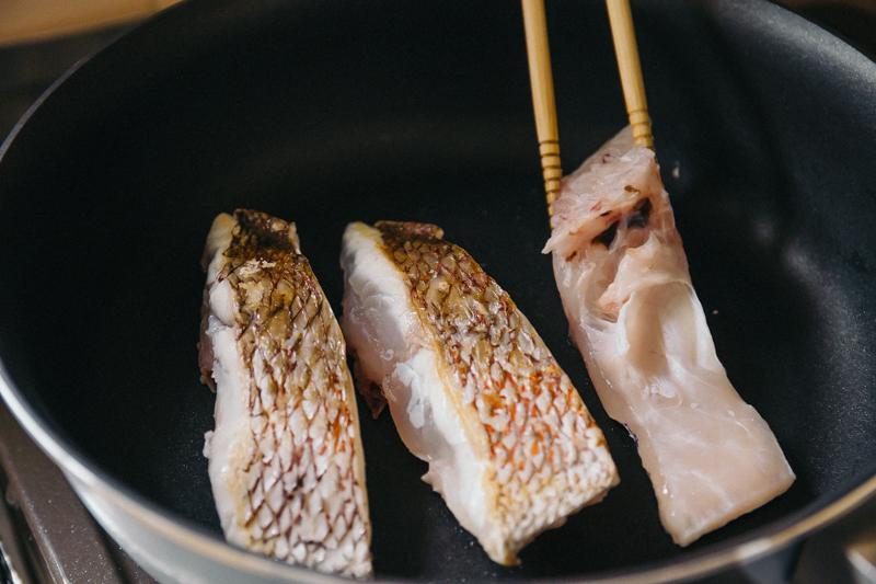 鯛をフライパンで焼く