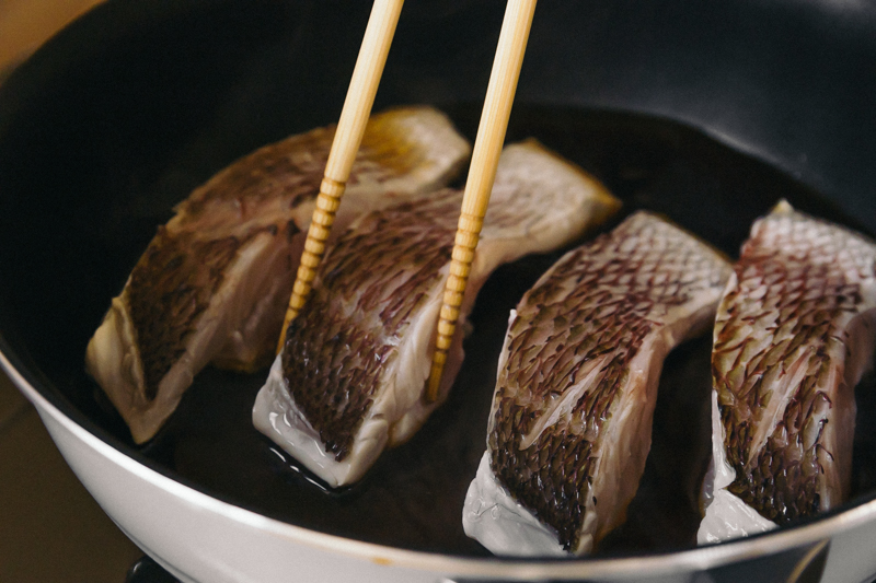鯛を鍋で煮る