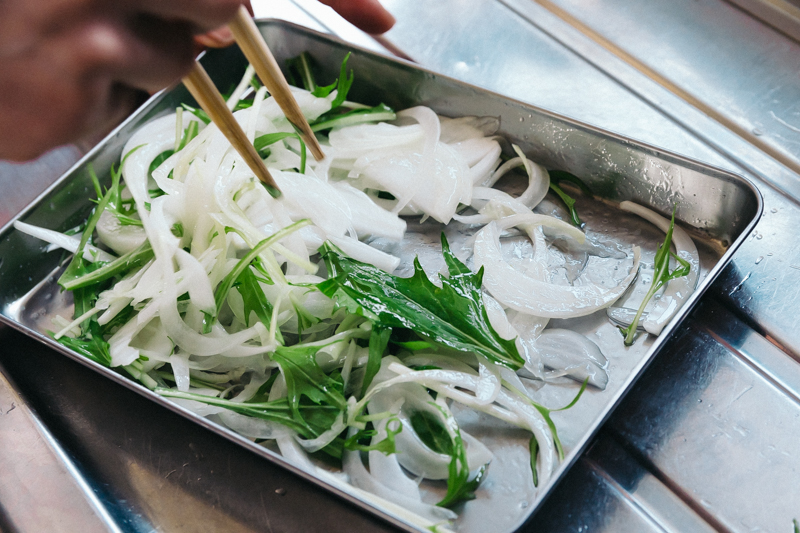 トレーの残りのオイルで野菜を和える