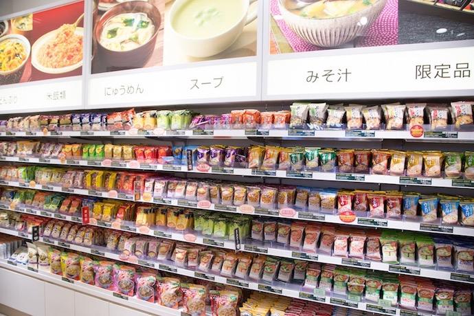 アマノフリーズドライステーション東京店に並ぶフリーズドライ