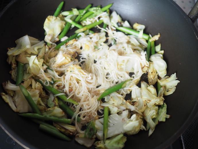 炒めた野菜ににゅうめんを加える