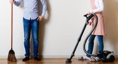 部屋の掃除をする男女