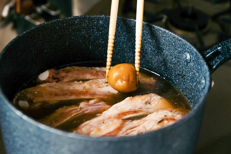 スペアリブの鍋に調味料を加える