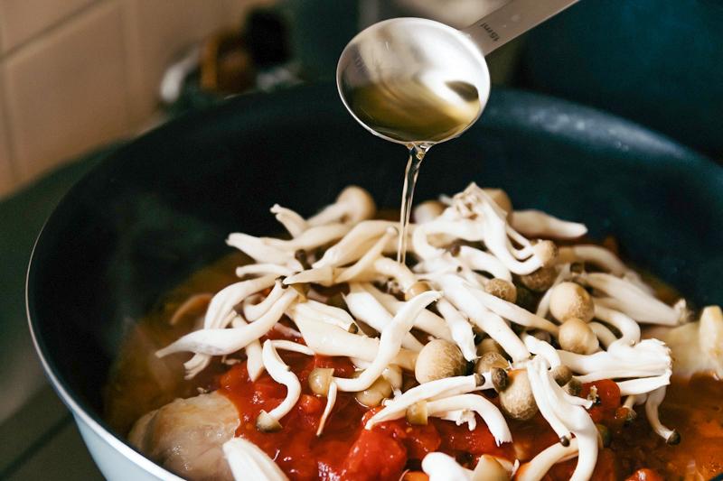 鍋にしめじと調味料を加えて煮込む
