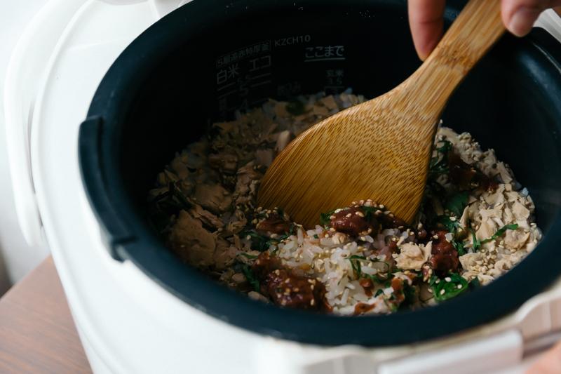 炊けたご飯に、残りの梅干しと大葉、白ごまを加えて混ぜる