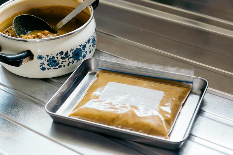 保存袋に入れたカレーを平たくして冷凍する