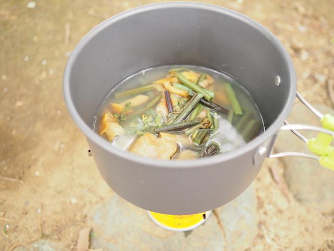 「まごころ一杯 五種の野菜」のおみそ汁と山菜ミックスを使った山菜鍋風作りの様子