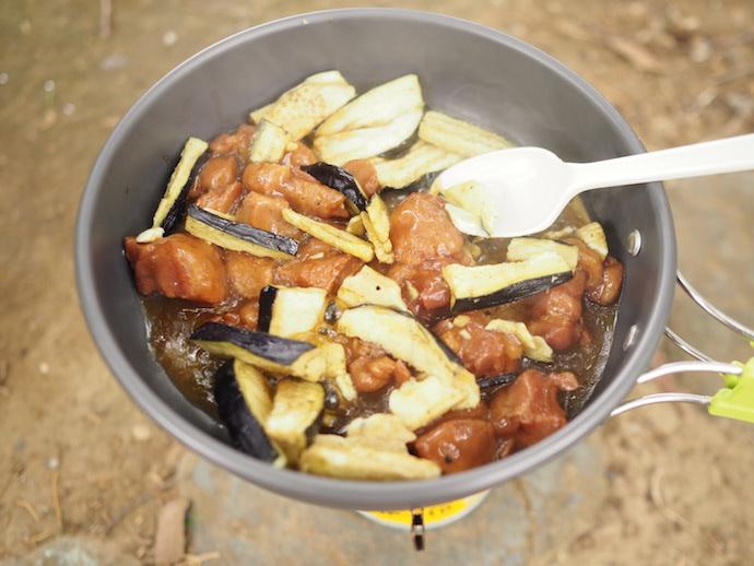「まるごと素材 フリーズドライのなす」と、焼き鳥の缶詰を炒める