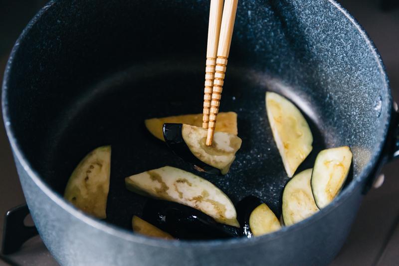 なすのお味噌汁レシピ(なすを炒める)