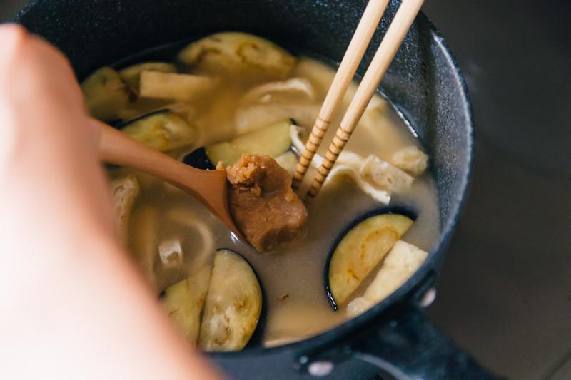 なすのお味噌汁レシピ(味噌を溶く)