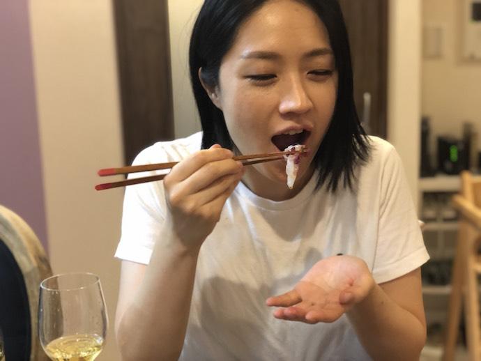 鯛の和風カルパッチョを食べる犬山紙子さん