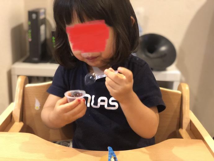 ゼリーを食べる娘
