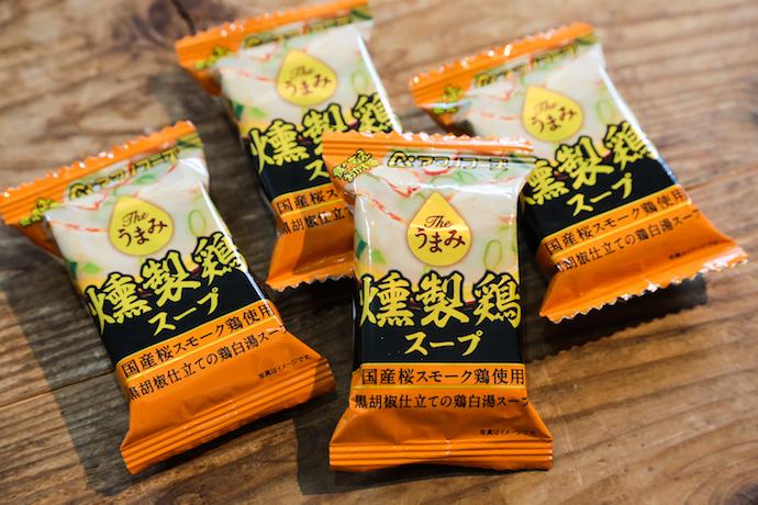 アマノフーズのフリーズドライ「the うまみ燻製鶏スープ」のパッケージ