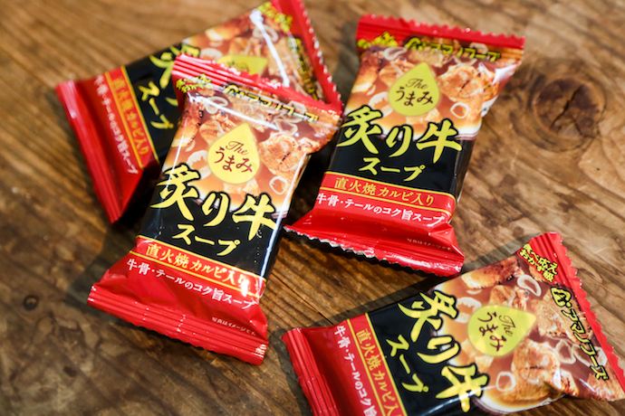 アマノフーズのフリーズドライ「the うまみ炙り牛スープ」のパッケージ
