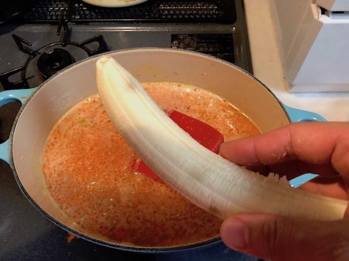 鍋にバナナを入れる様子