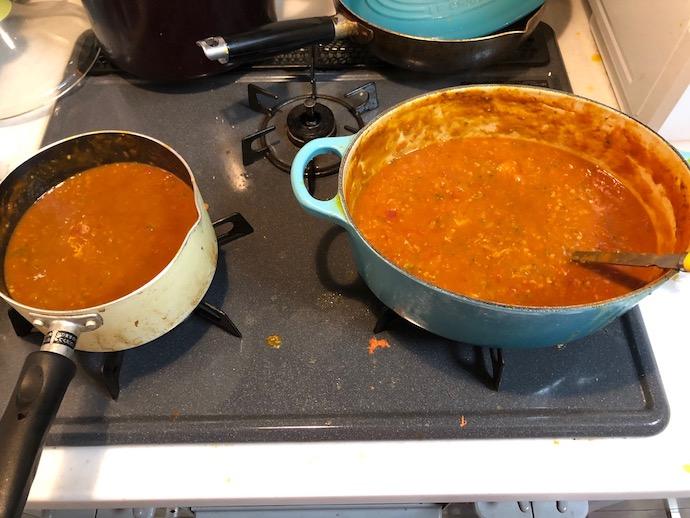 トマト缶やスパイスを入れて煮込んだ鍋