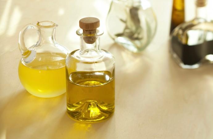 Flaschen mit Essig und Öl