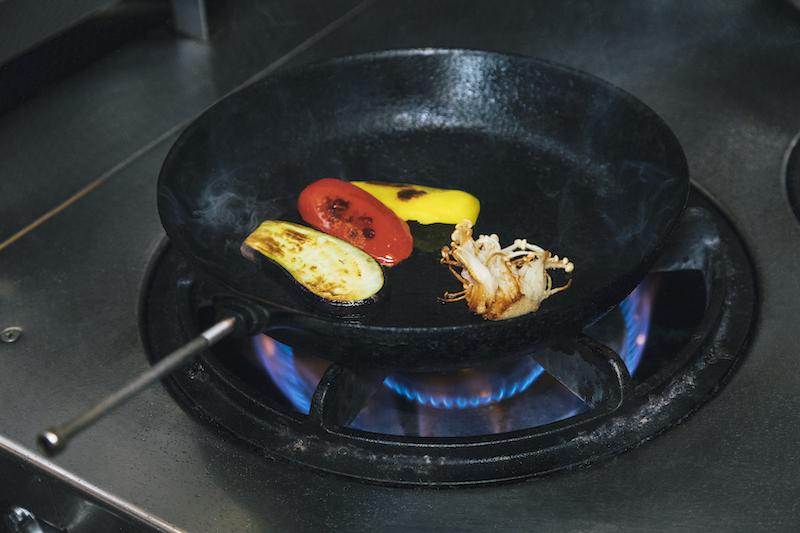 エノキとパプリカ、なすを焼く