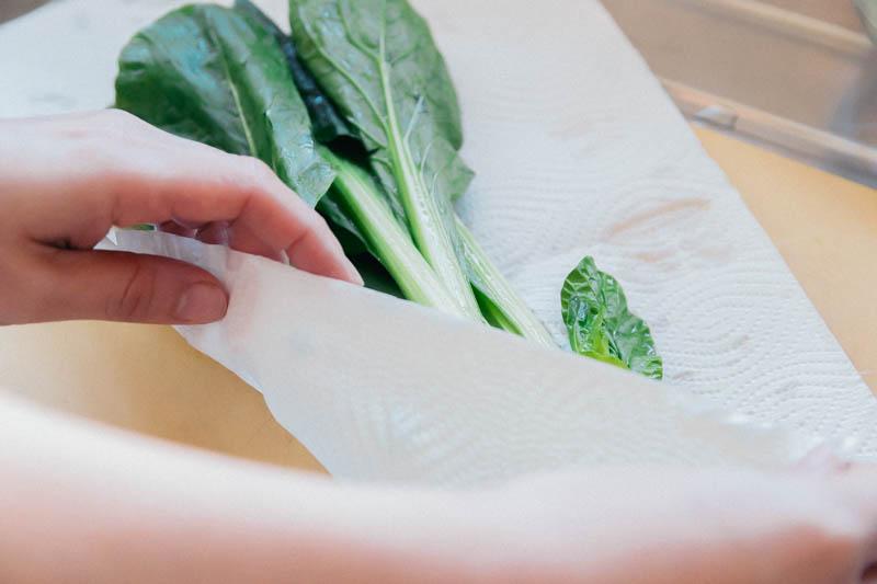 小松菜をキッチンペーパーで包む