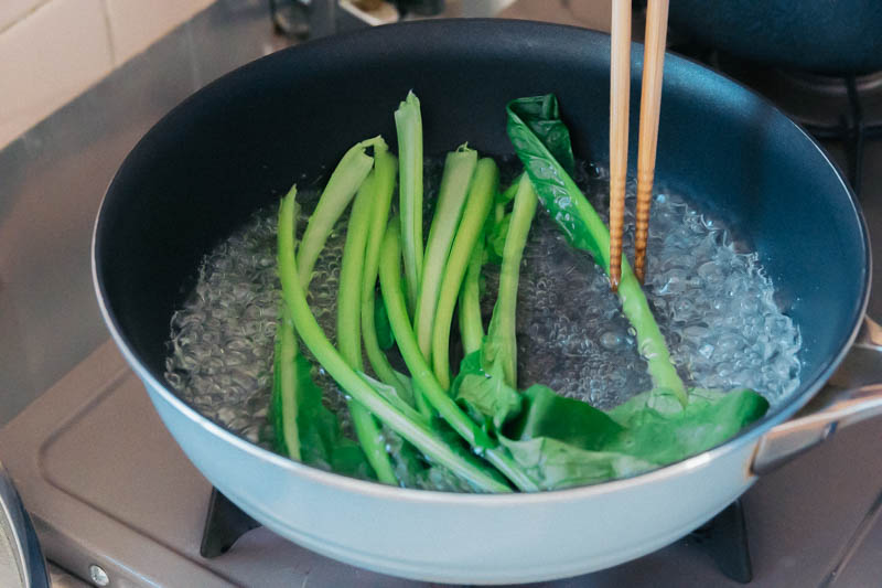 小松菜をフライパンで茹でる