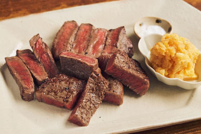 炭火焼きのような食感と香りを再現! 「牛肉の炙り 黄身おろし添え