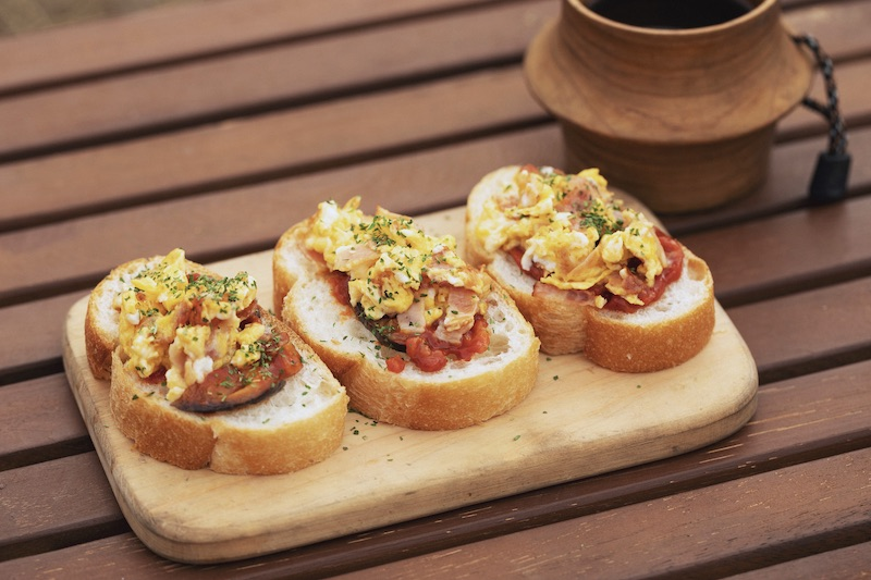お洒落な前菜がすぐ完成!「トマトとベーコンのブルスケッタ」