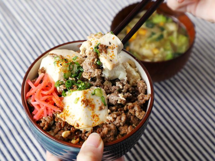 めんつゆを使って味付けも楽チン♪「ひき肉と豆腐のすき煮丼」