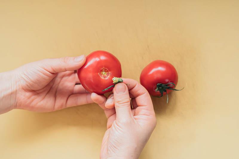 トマトのヘタを取る