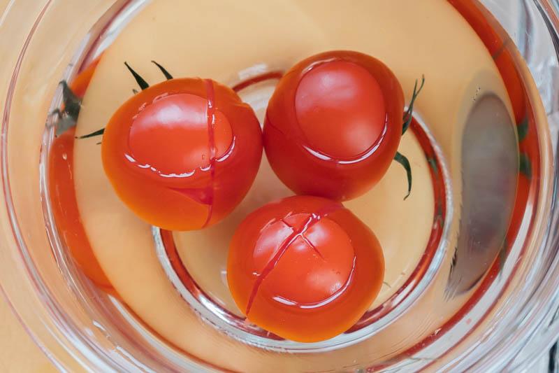 トマトを冷水に浸ける
