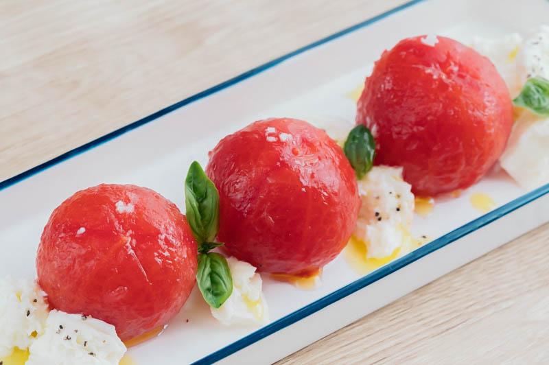 湯剥きして盛り付けるだけ♪ 「丸ごとトマトのカプレーゼ」