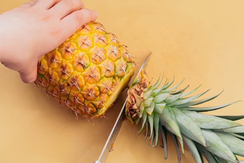 パイナップルのヘタをカットする