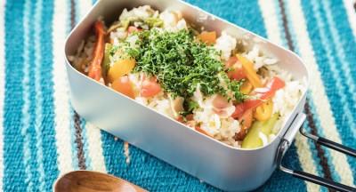 メスティンで作る夏野菜のコンソメ炊き込みごはん