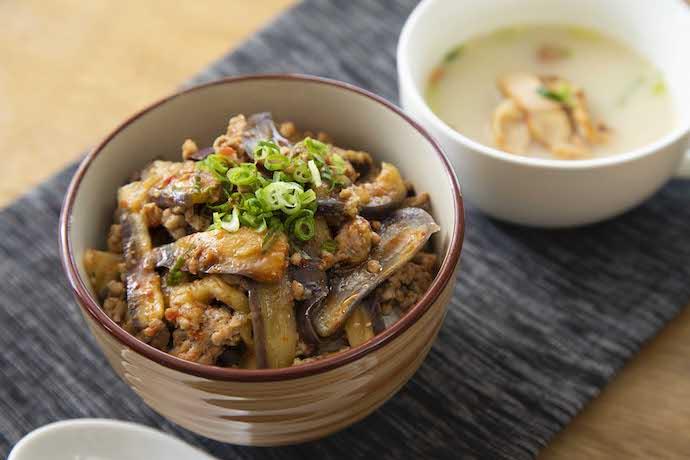 麻婆風トロなす丼とスープ