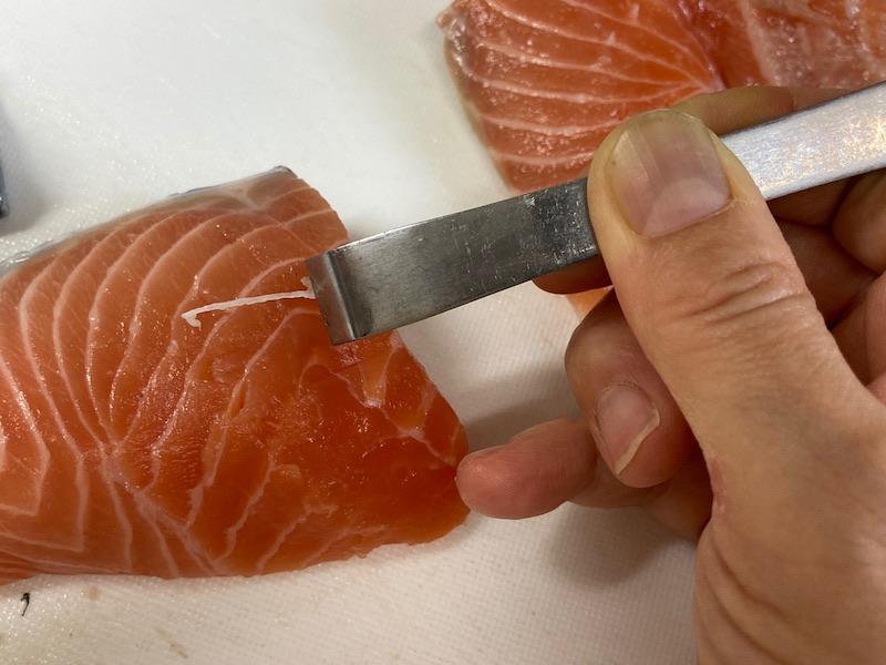 生鮭の骨抜き