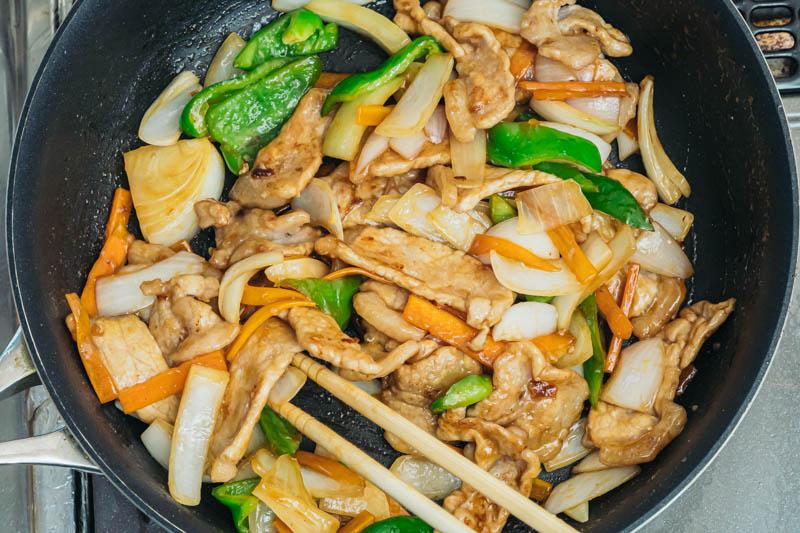 野菜を加えて炒める