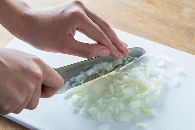 玉ねぎをみじん切り
