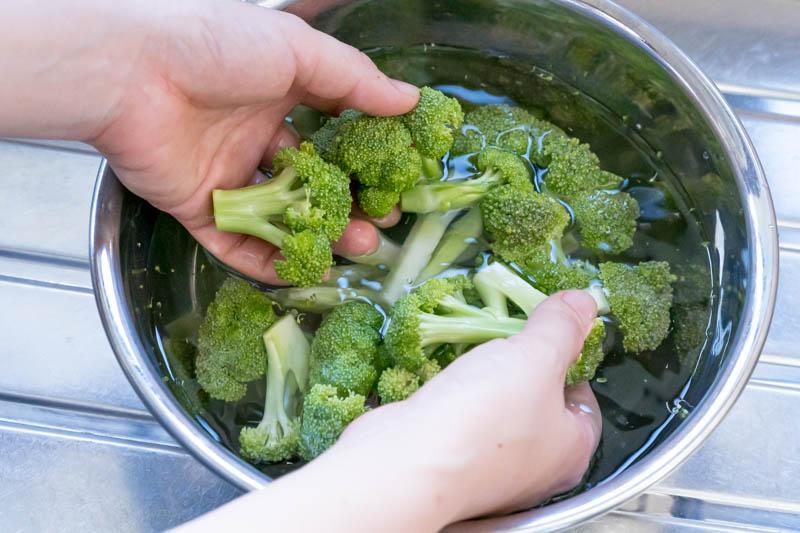 切ったブロッコリーを洗う
