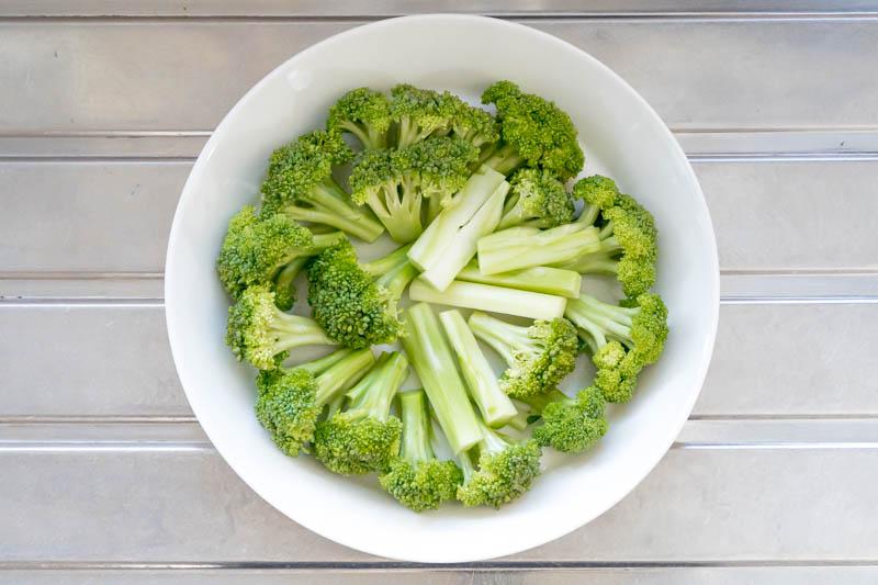 耐熱皿に並べたブロッコリー